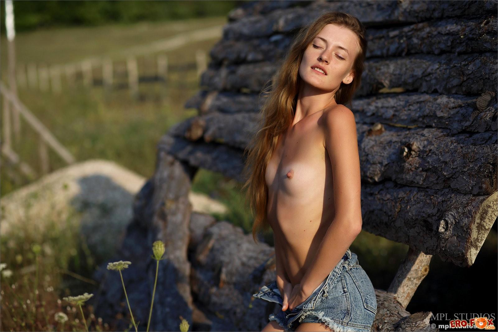 Деревенская девка разделась на природе