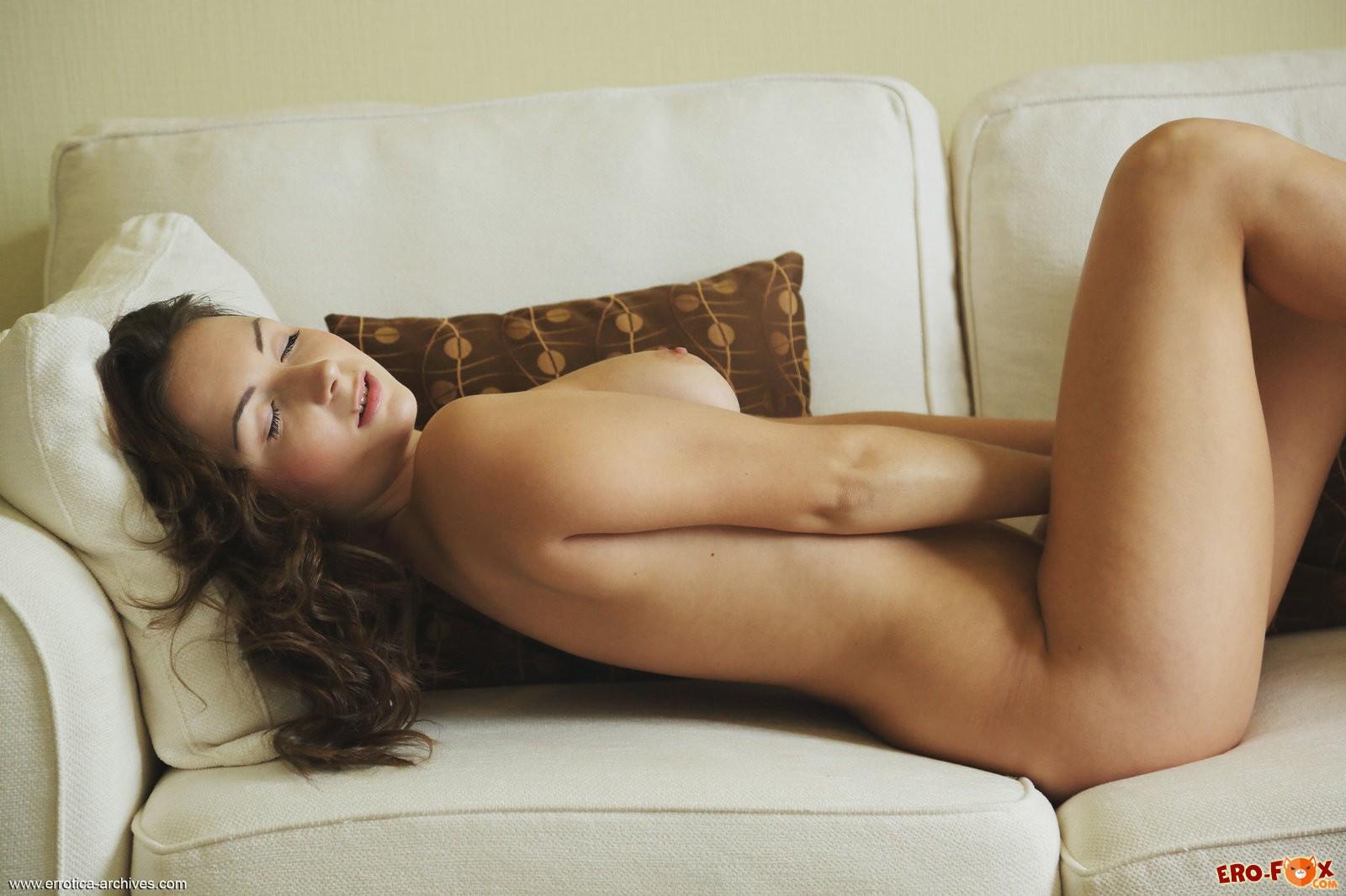 Русская девушка снимает трусики на диване