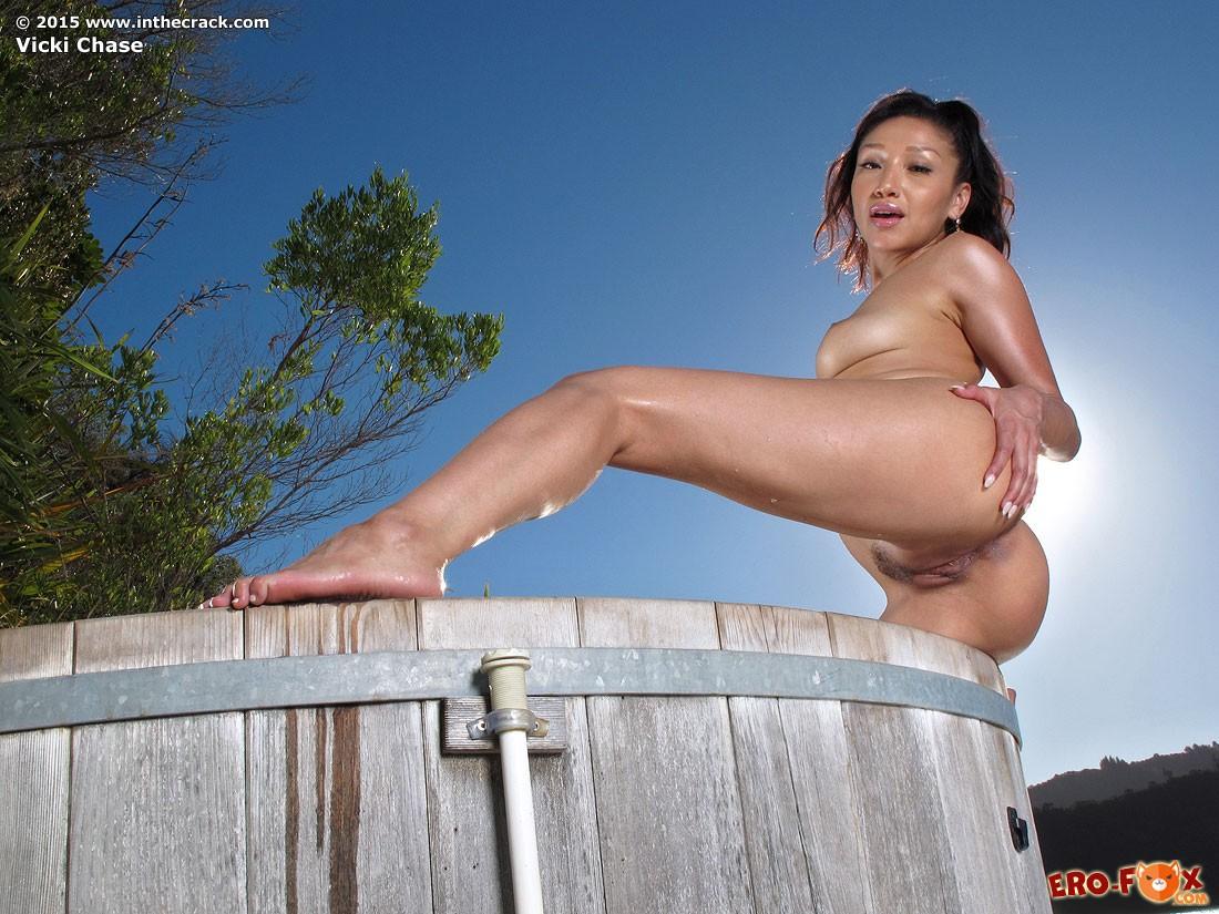 Азиатка показывет большую голую жопу и киску .