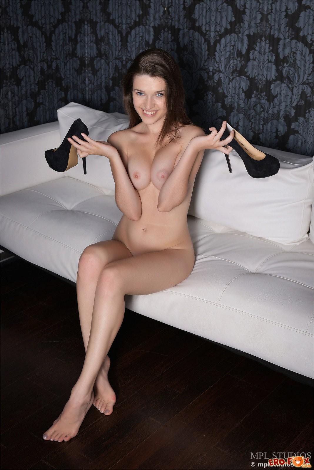 Сексуальная стройная девушка с голой писькой