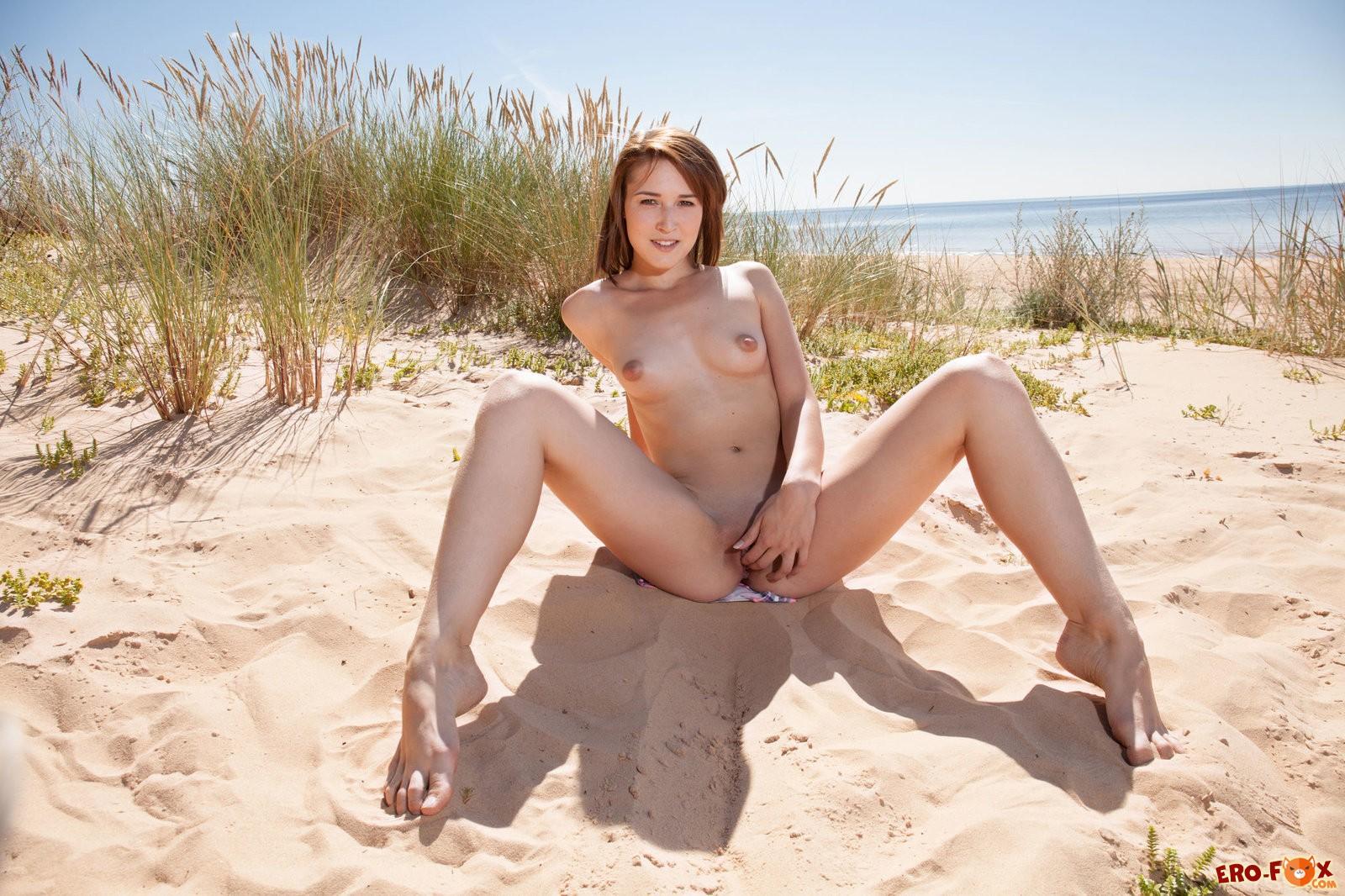 Девушка с маленькой грудью разделась на пляже