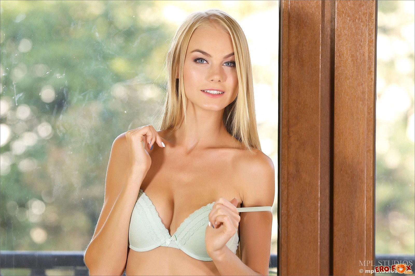 Блондинка снимает трусики и лифчик