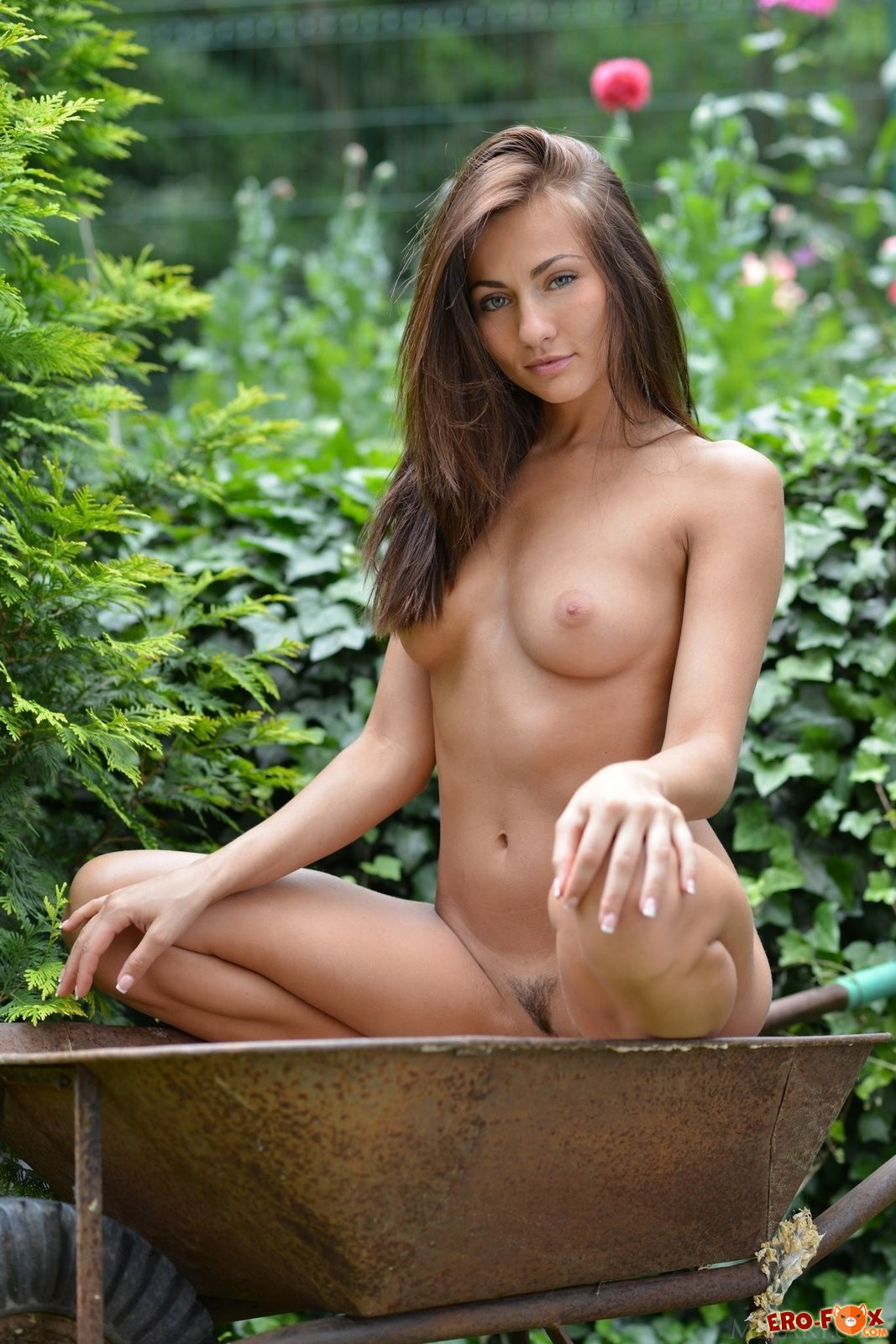 Голая девушка на садовом участке