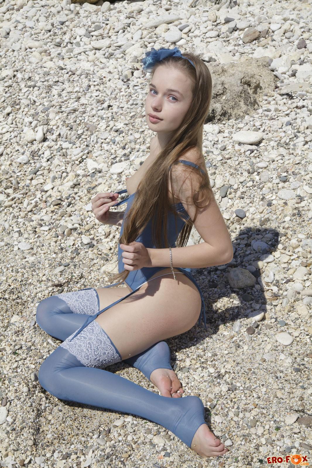 Русская девка показывает письку