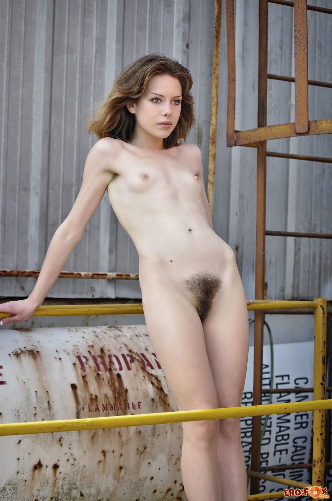 Худая девушка с волосатой киской в порту