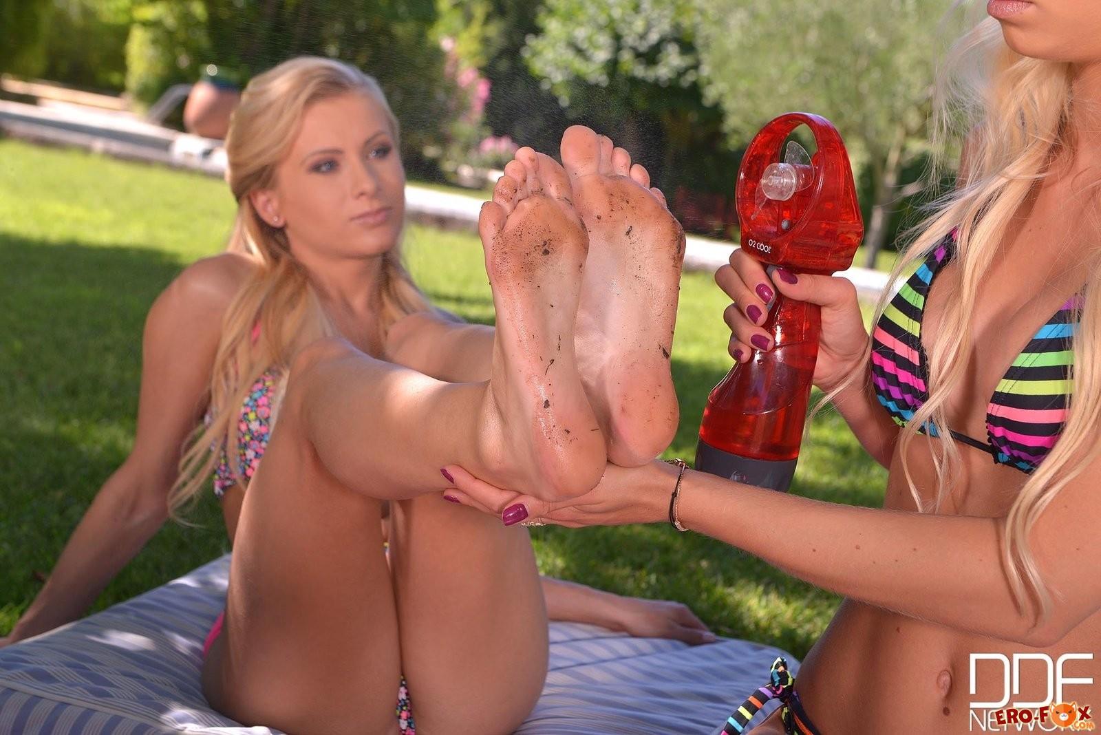 Девушка лижет ноги подругесмотреть фото эротику.