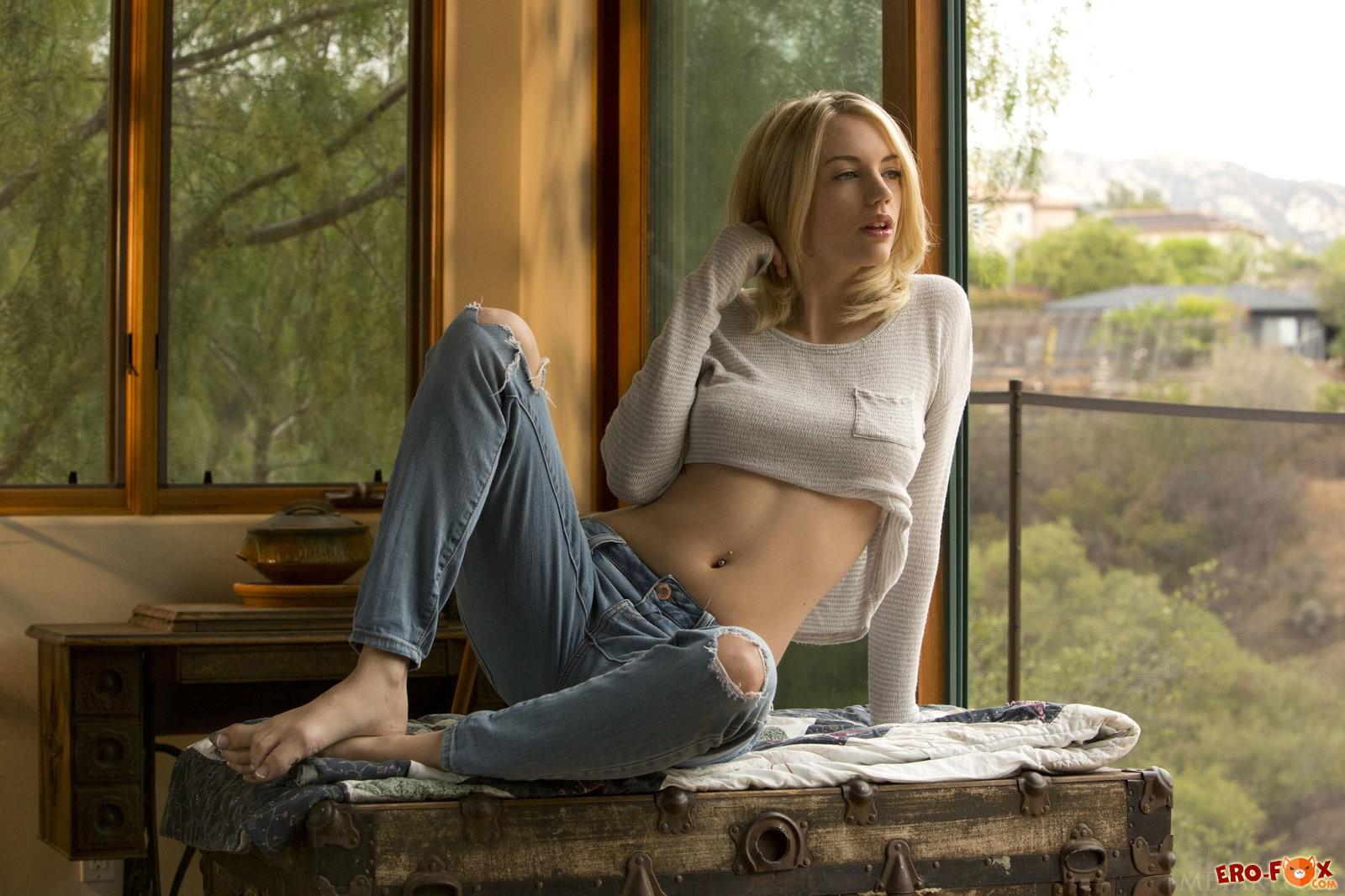 Сексуальная блондинка сняла джинсы и кофту