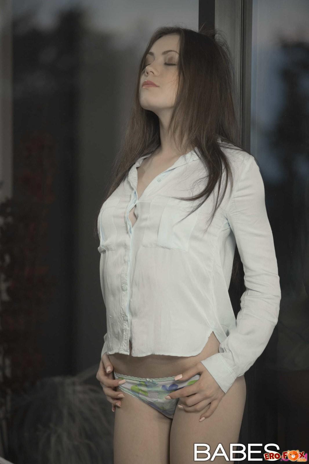 Девушка в расстёгнутой белой рубашке и трусиках .