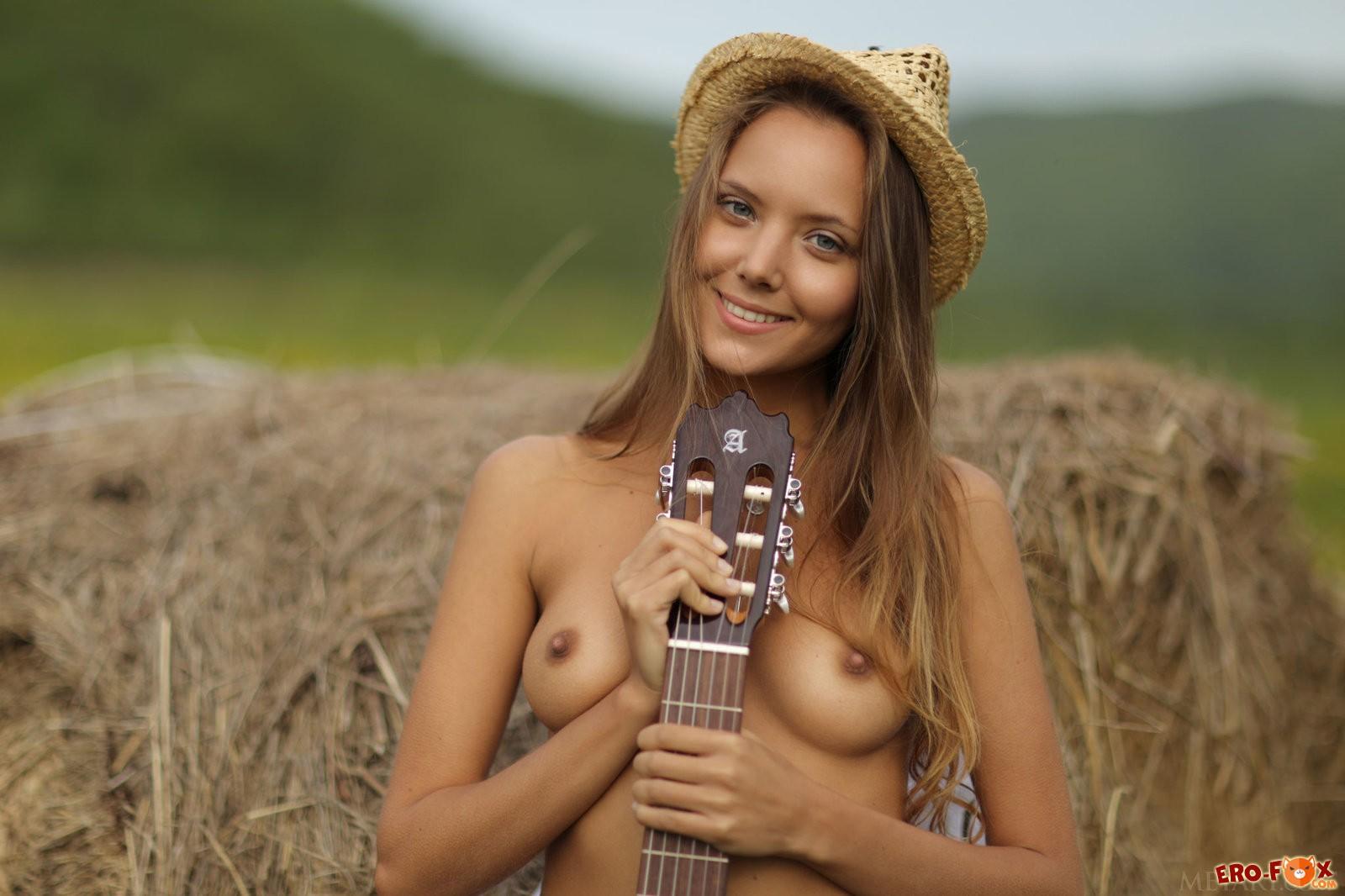 Обнажённая русская красотка на сене