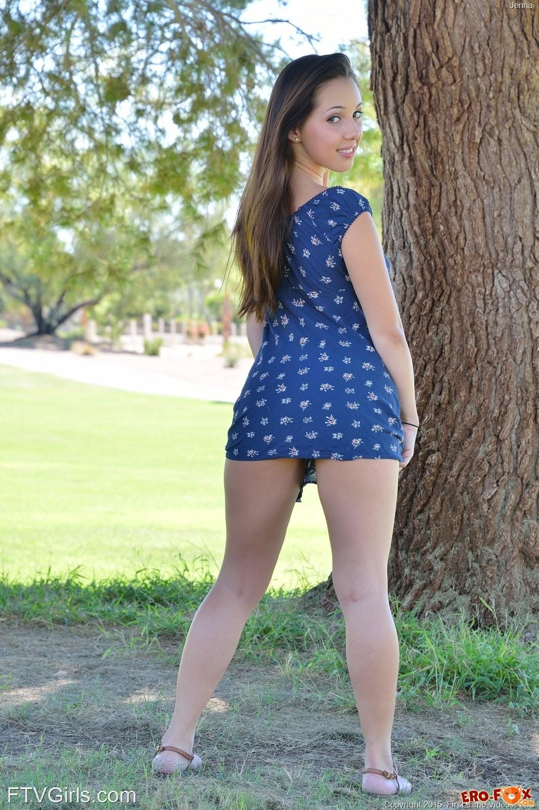 Аппетитная попка под платьем голой девушки