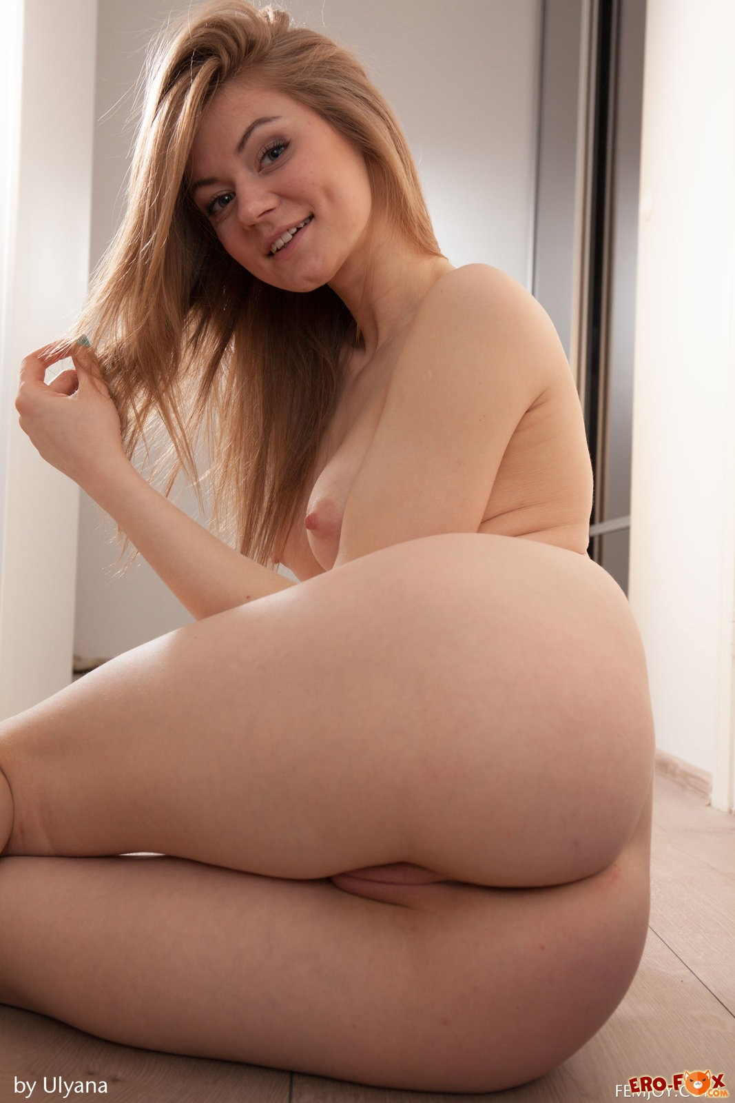Девушка с красивой натуральной грудью  упругой груди.