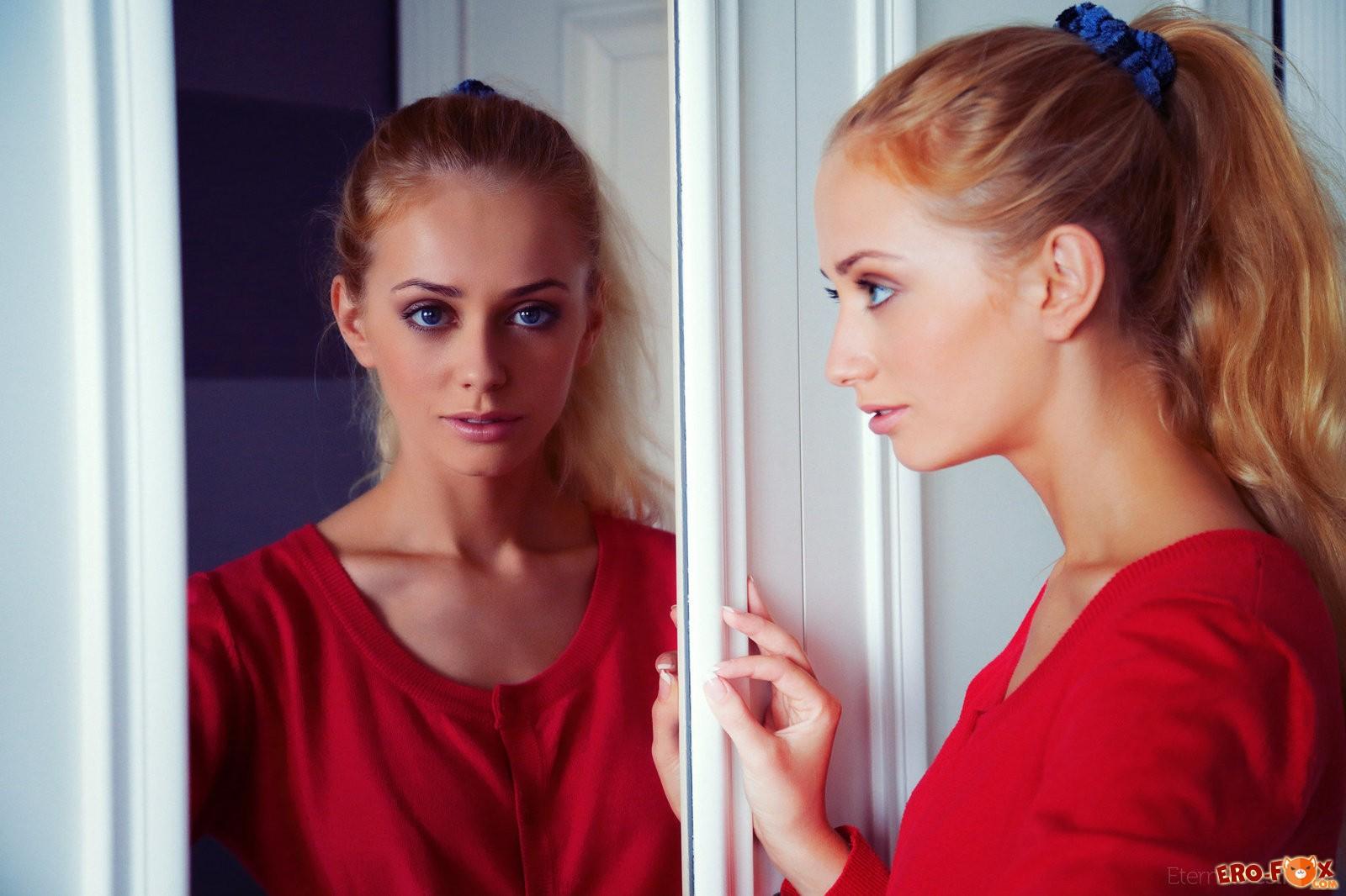 Красивая блондинка с пышной грудью