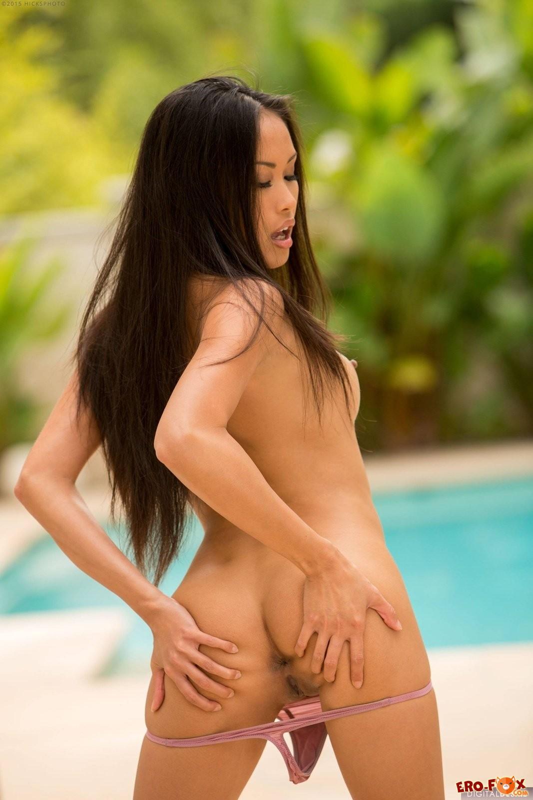 Голая азиатка с красивой грудью и попой