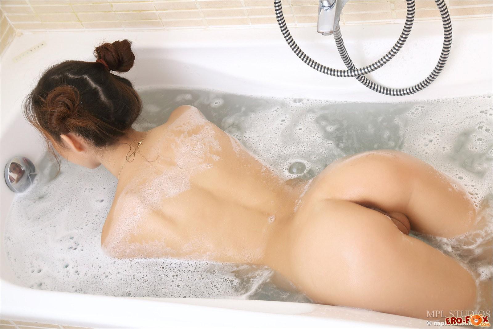 Сексуальная азиатка  в ванной  голой азиатки.