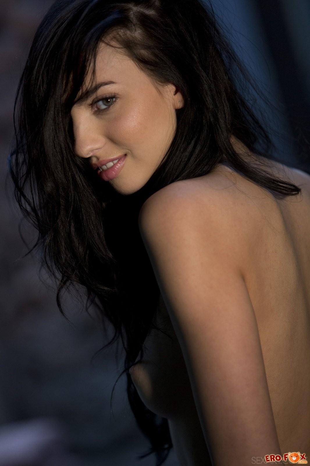 Сексуальная голая брюнетка с красивым телом