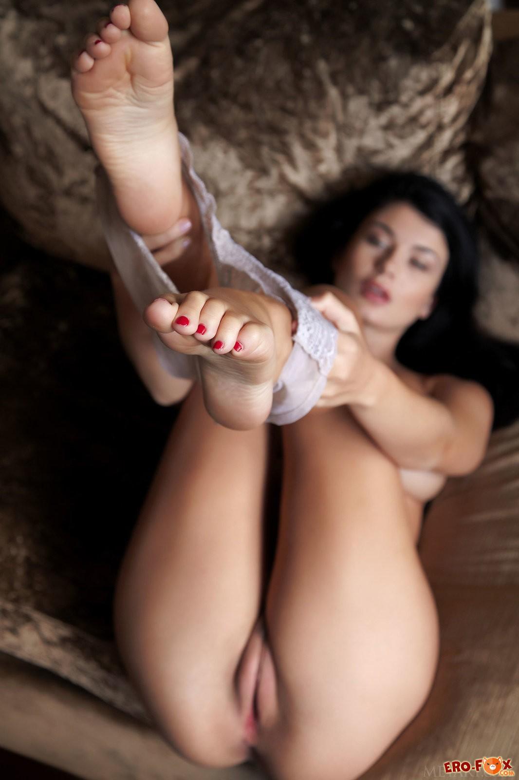Грудастая брюнетка с красивой киской  голой.