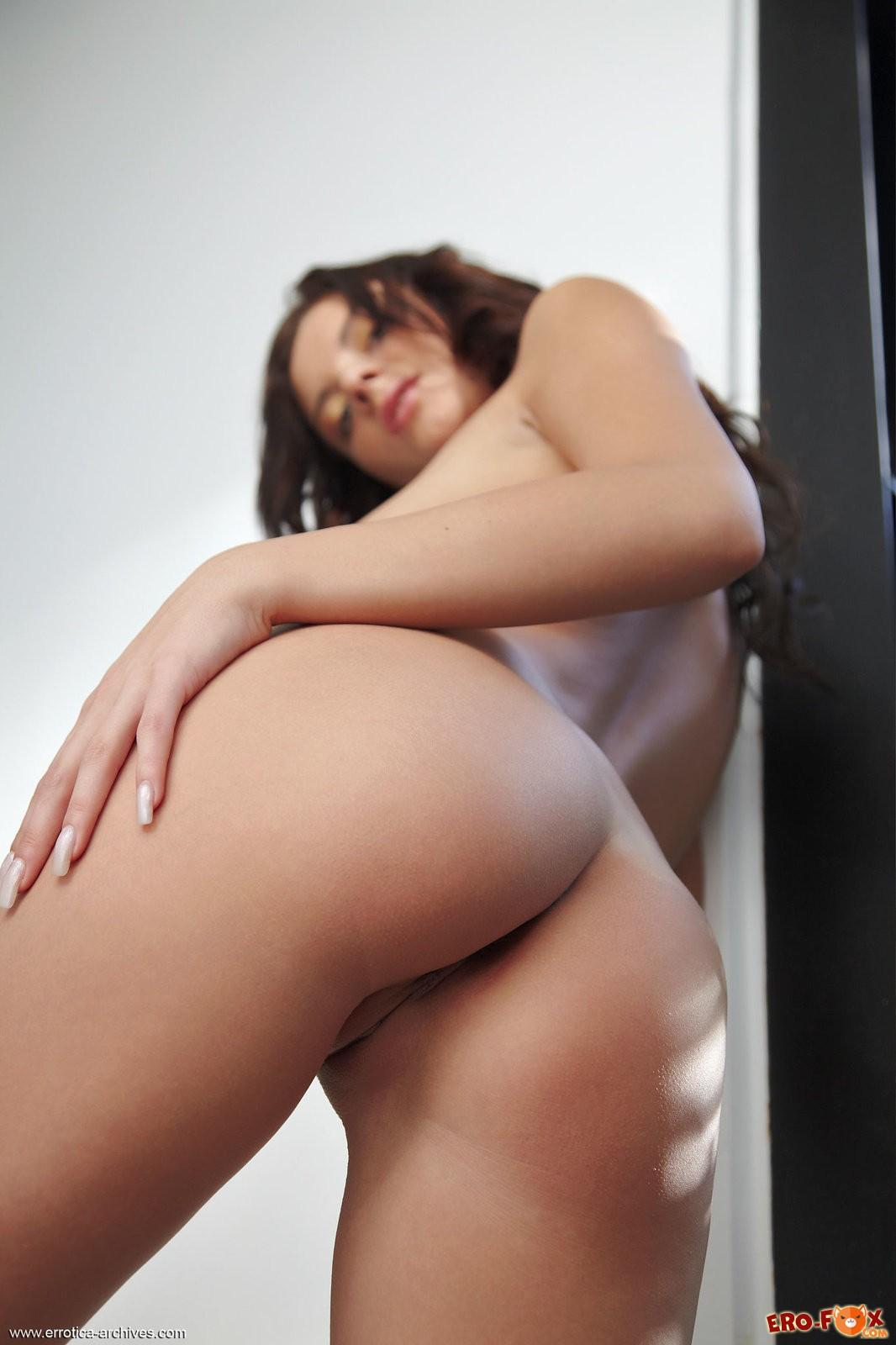 Сексуальная милашка раздевается догола