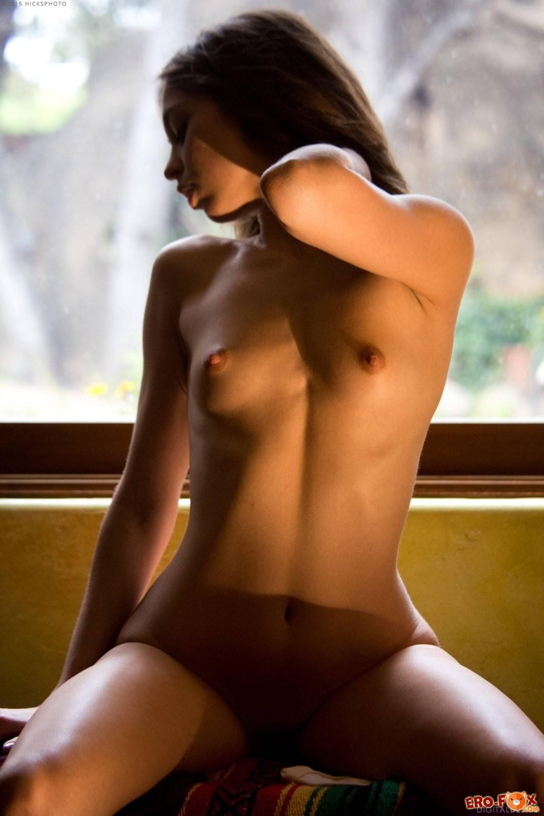 Красотка показала маленькую грудь и киску