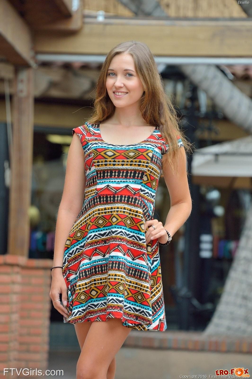 Девушка гуляет по городу без трусиков под платьем .