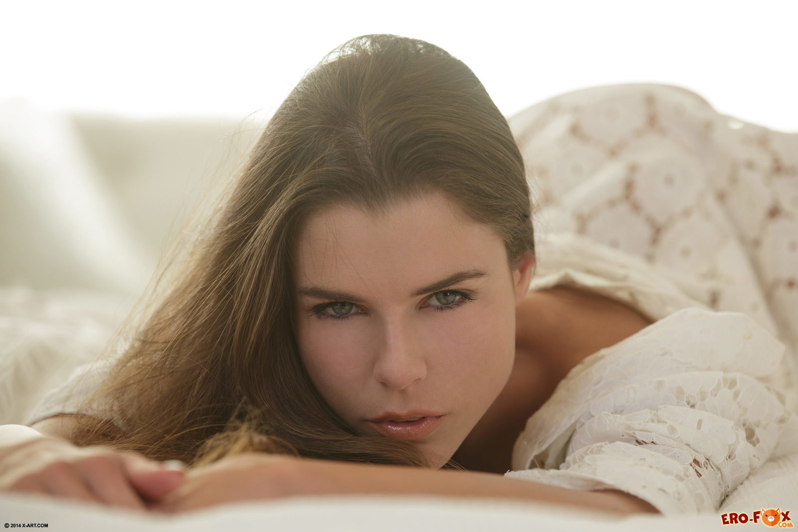 Красивая девушка в постели без трусов