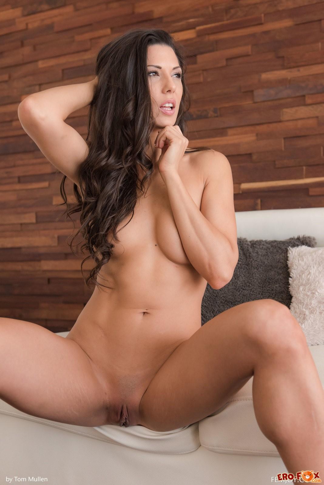 Красивая девушка с большим голым анусом