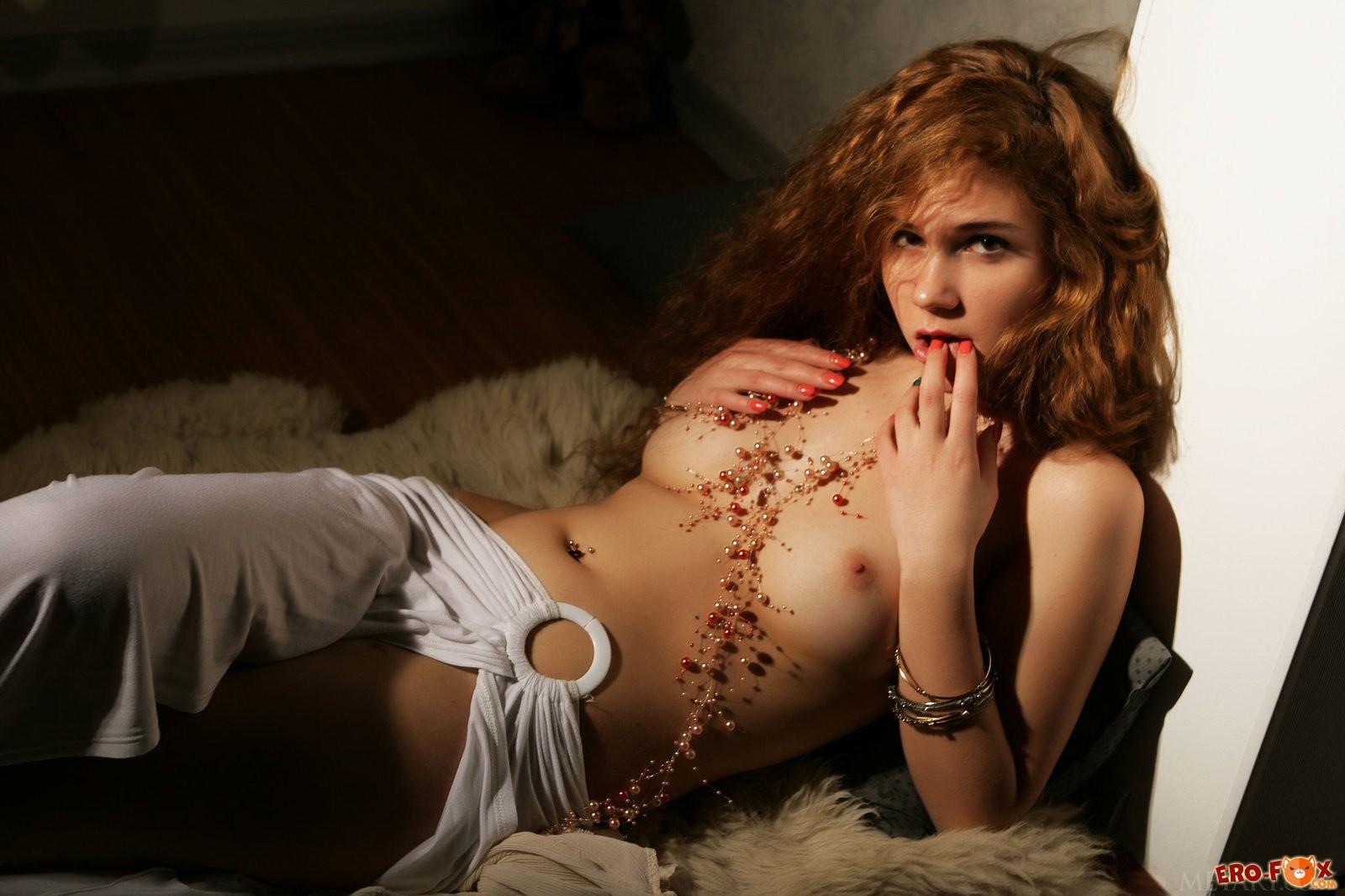 Обнажённая рыжая девушка в полумраке
