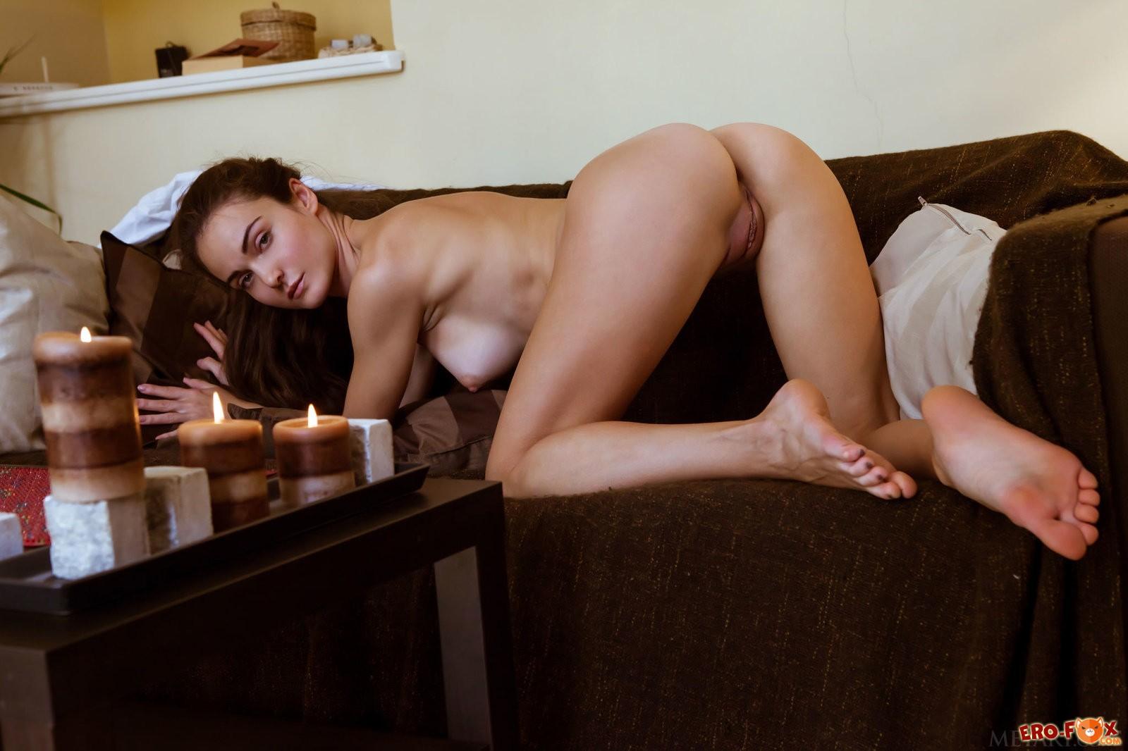 Девушка снимает ночнушку