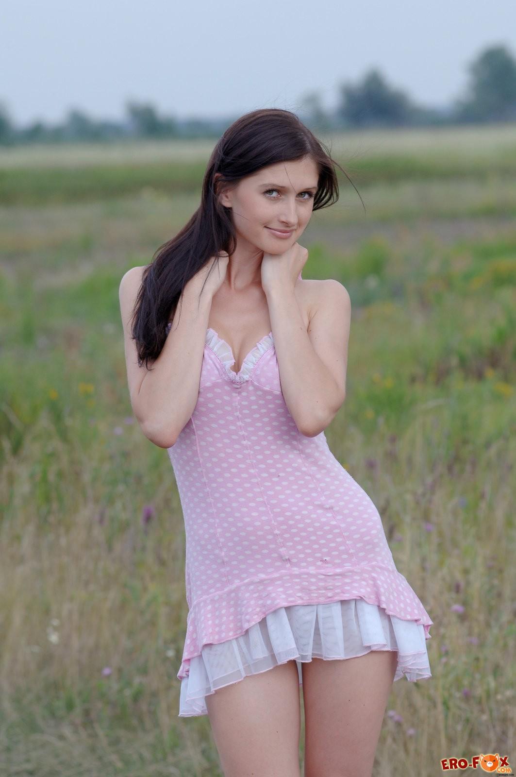 Голая русская брюнетка в поле