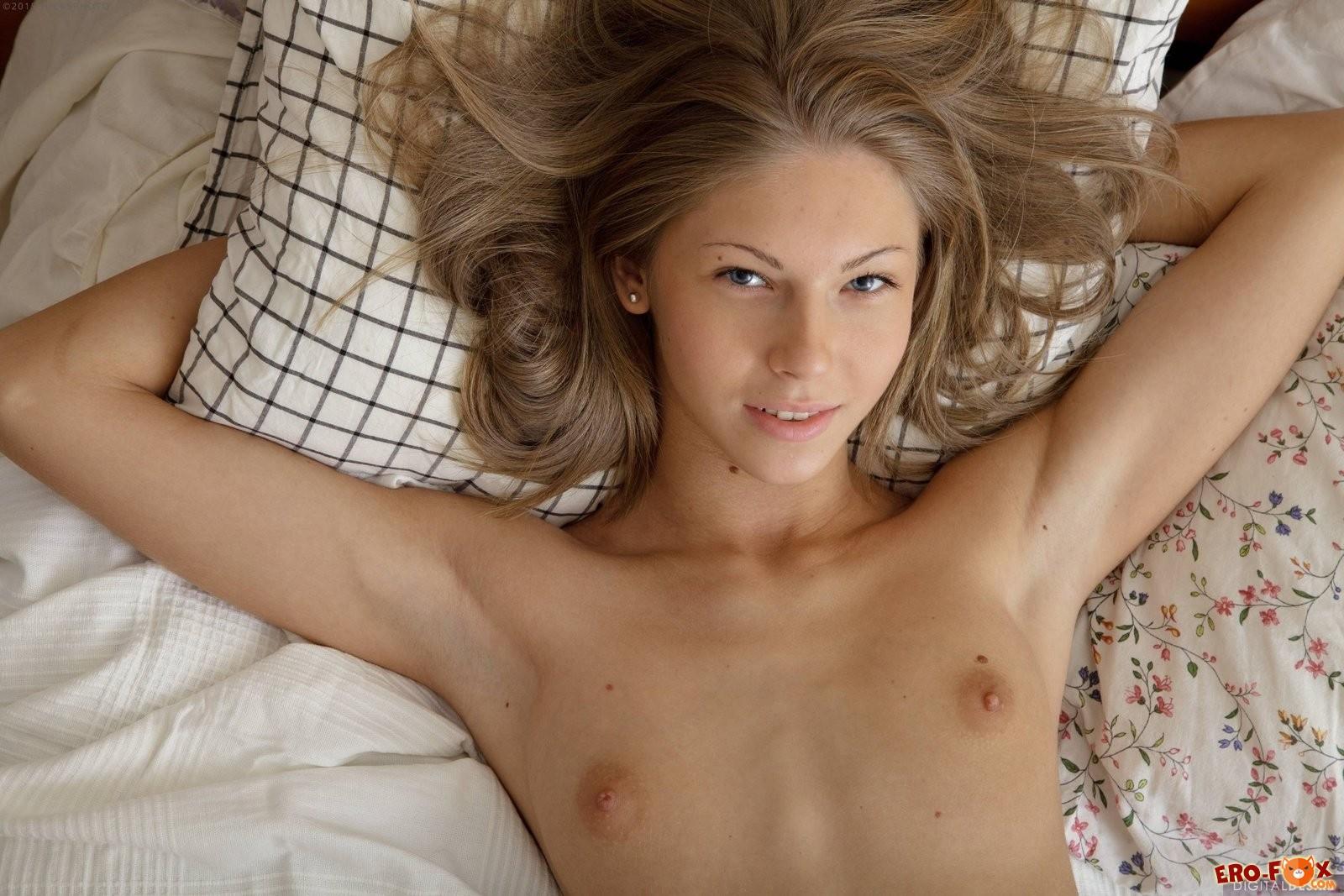 Молодая красивая девушка разделась в постели