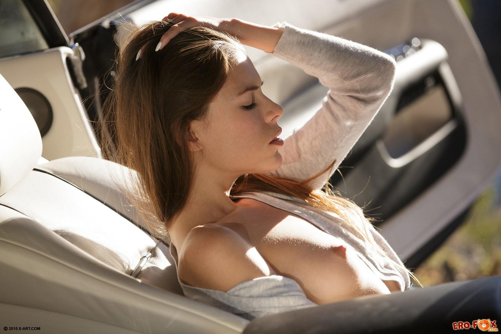 Девушка ласкает киску в машине