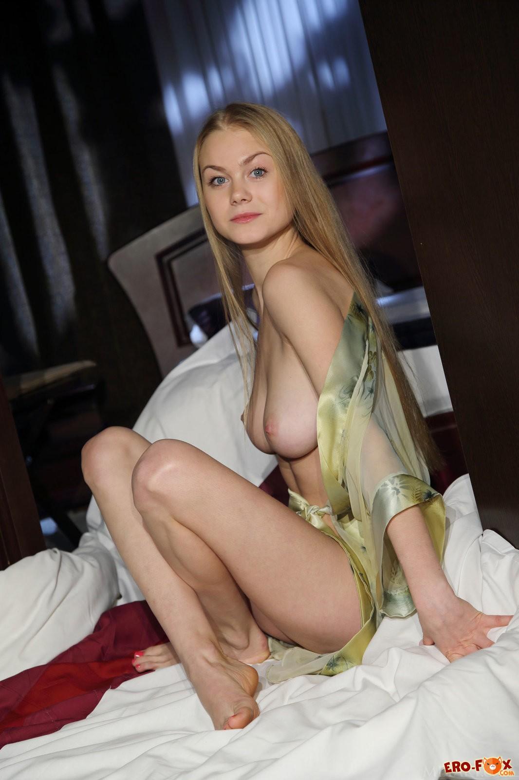 Сисястая блондинка раком в постели голая