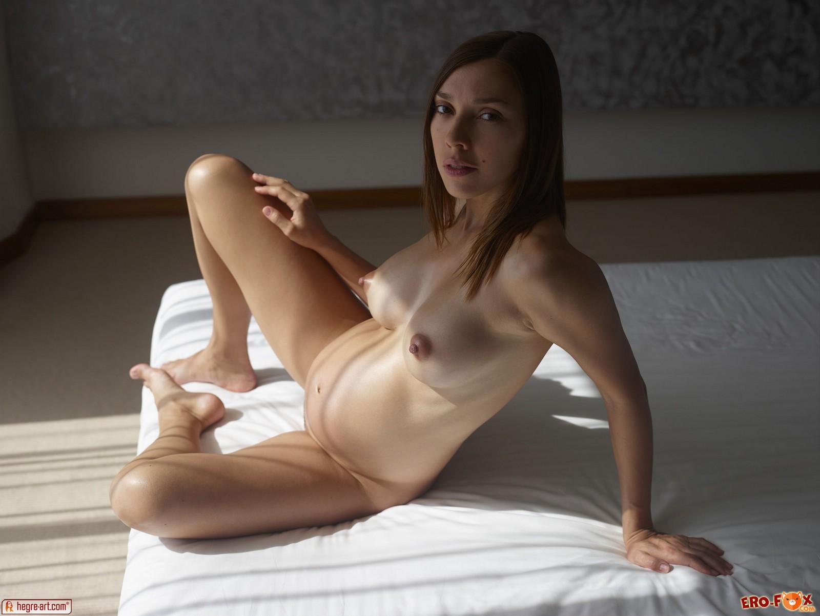 Голая беременная девушка с красивыми большими сиськами .