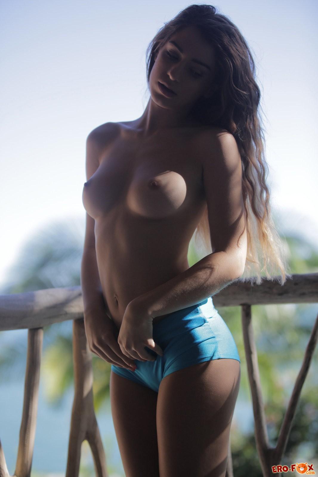 Голая девушка с красивой упругой грудью