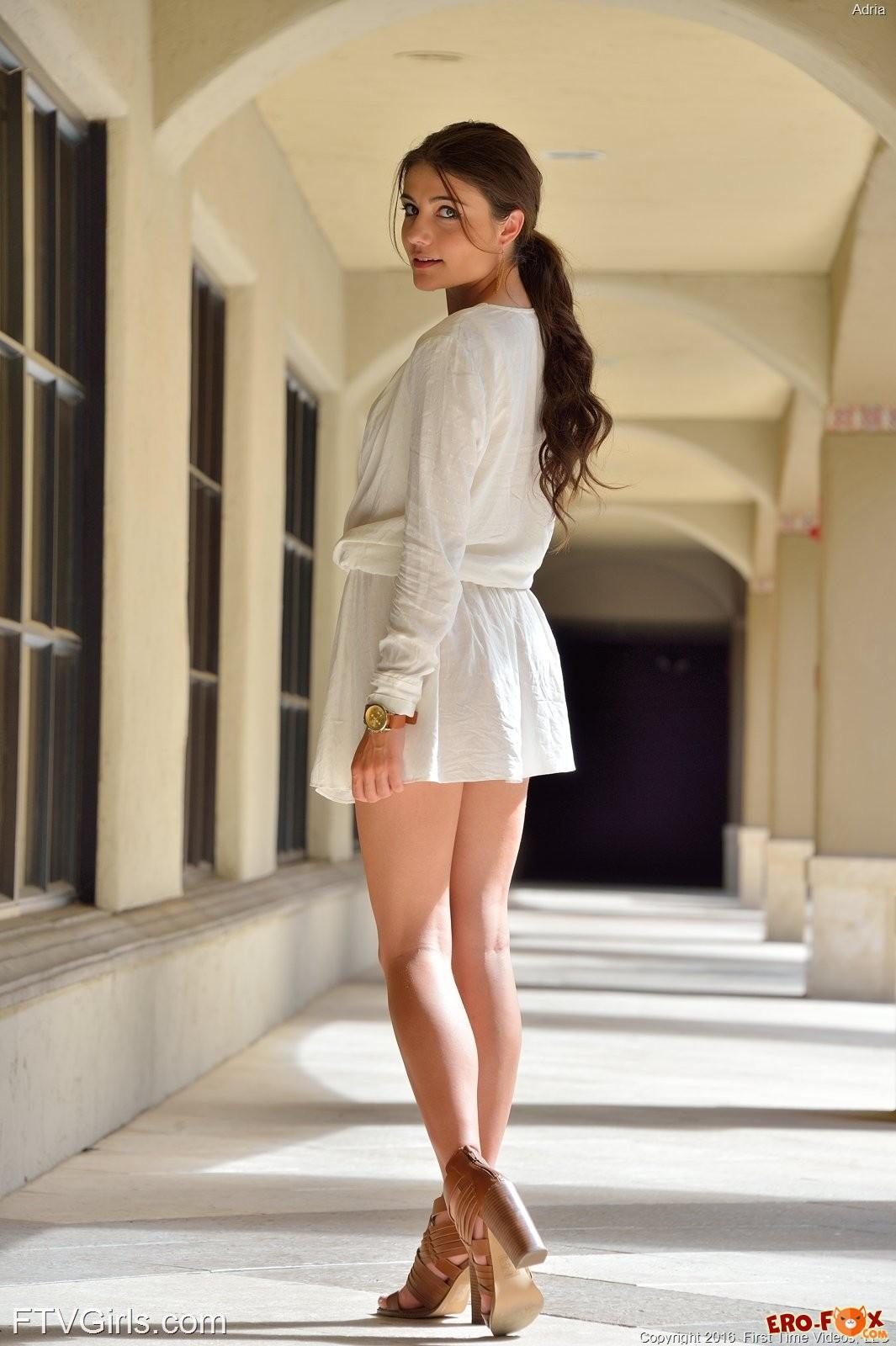 Девушка без трусиков под платьем