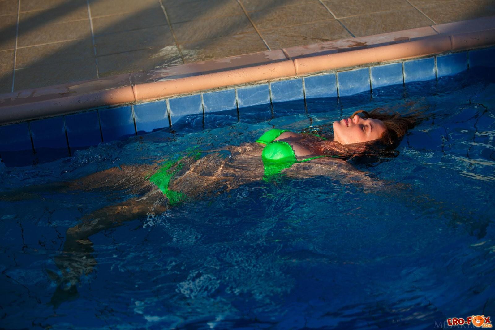 Мокрая попа голой девушки у бассейна