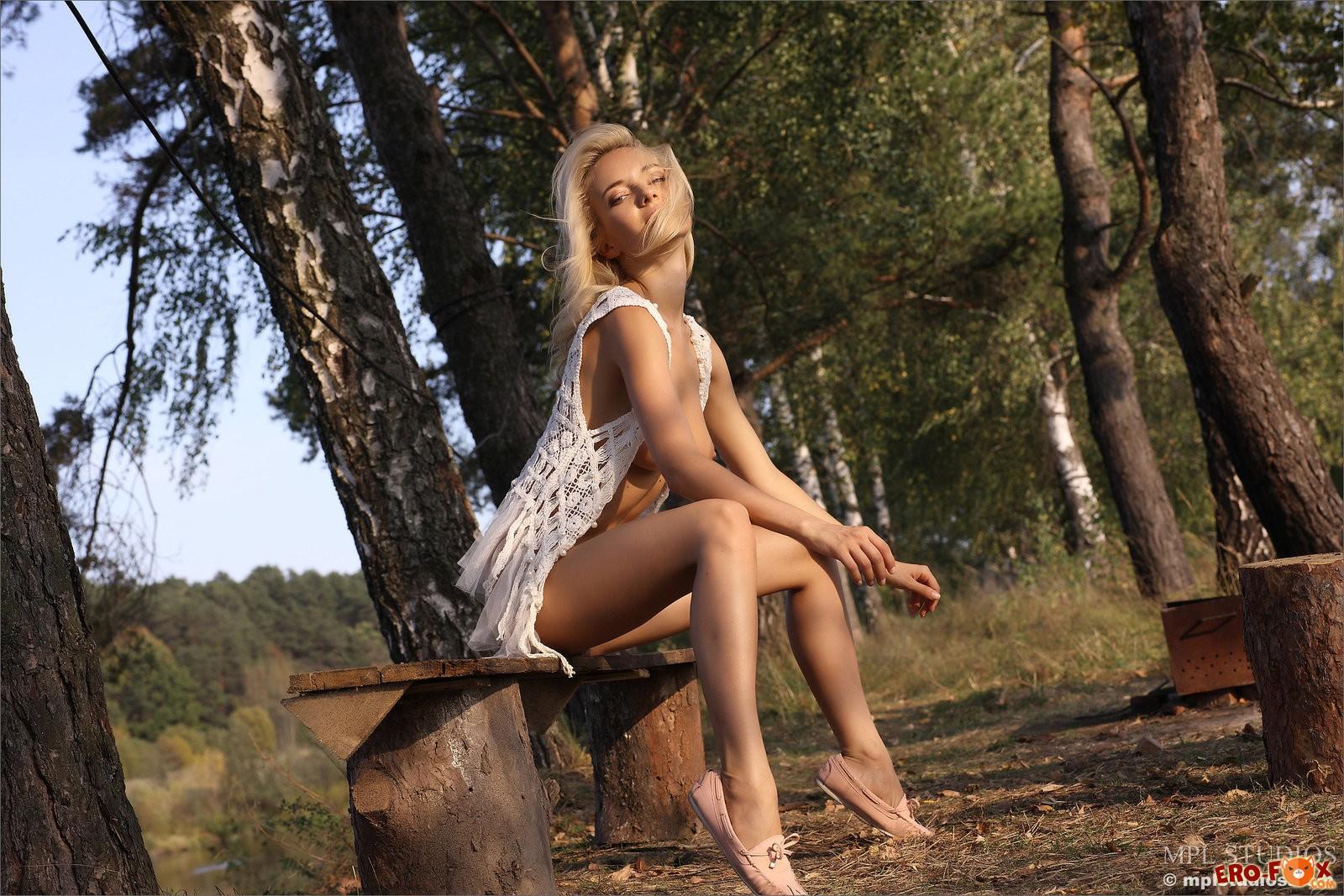 Красивая блондинка разделась в лесу