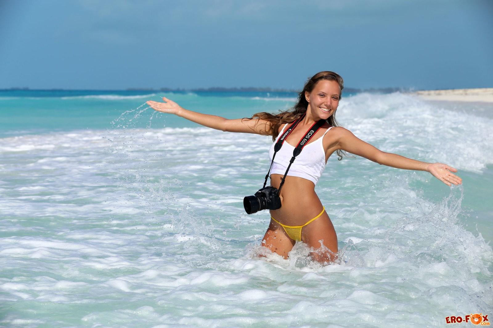 Обнажённая русская девушак на пляже
