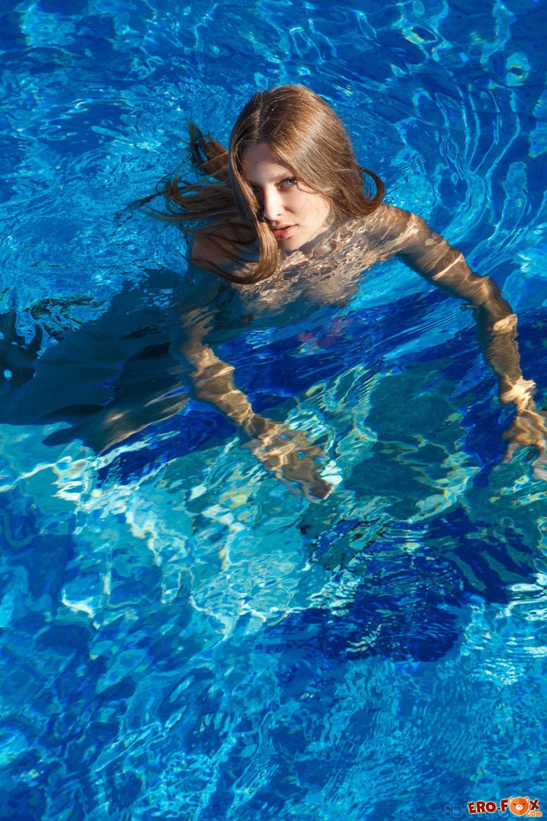 Красавица с маленькой грудью снимает купальник