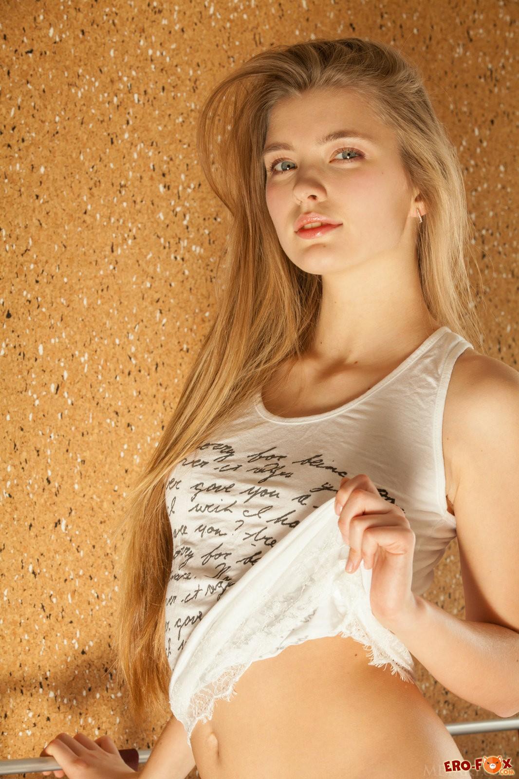Молодая голая девушка в постели