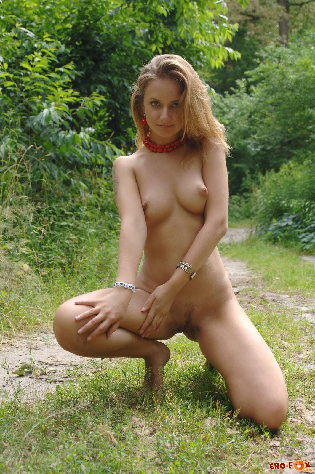 Голая девушка с красивым упругим телом в лесу