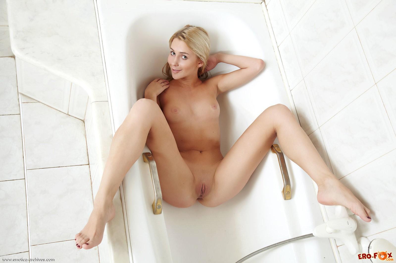 Голая блондинка моется в ванной
