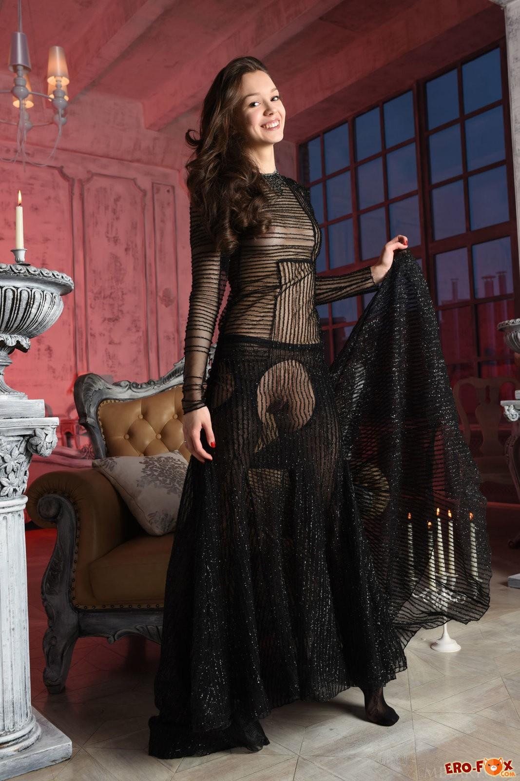 Молодая русская девушка в колготках без трусов