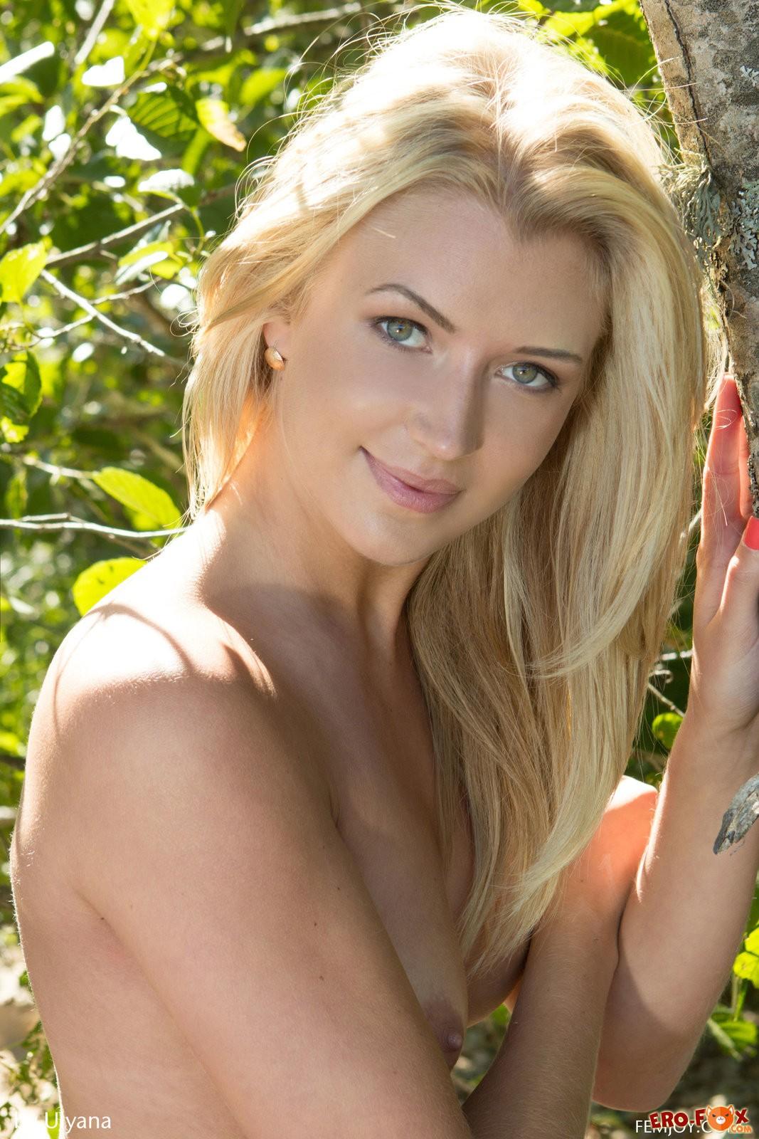 Блондинка с упругой голой задницей