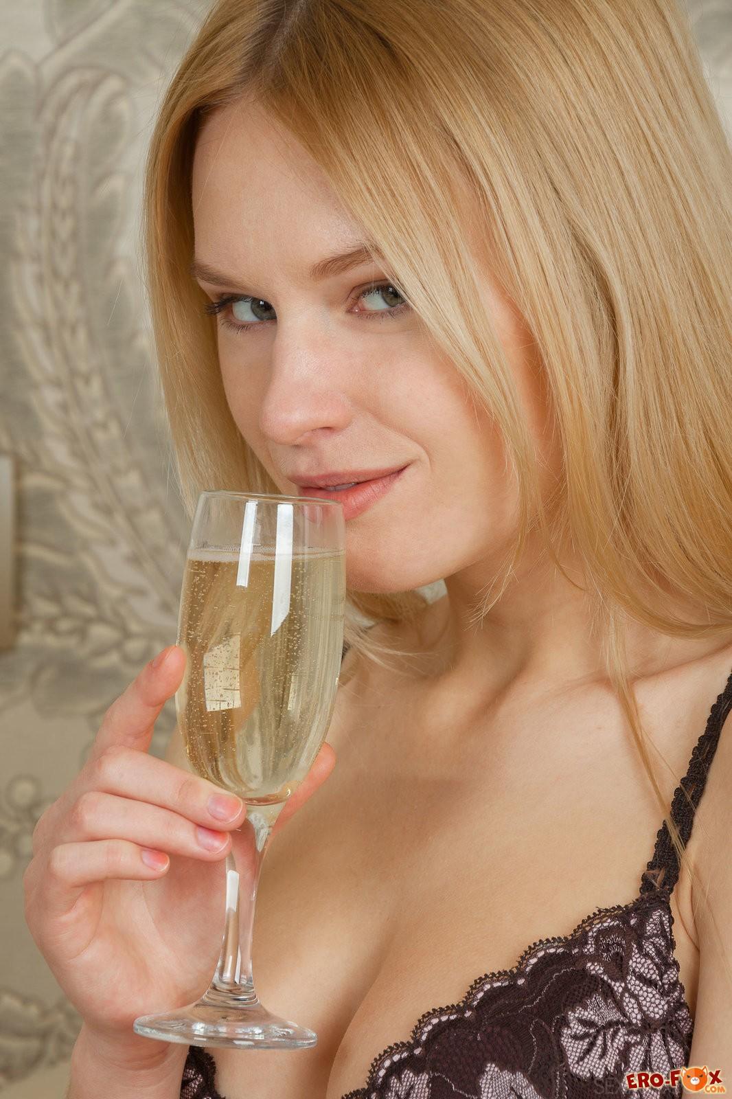 Пьяная русская девица сняла трусы и лифчик