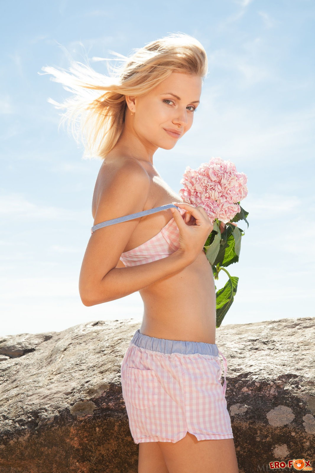 Упругая блондинка разделась на пляже