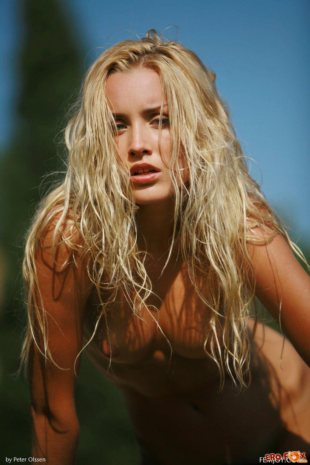 Страстная блондинка сняла капроновые колготки .