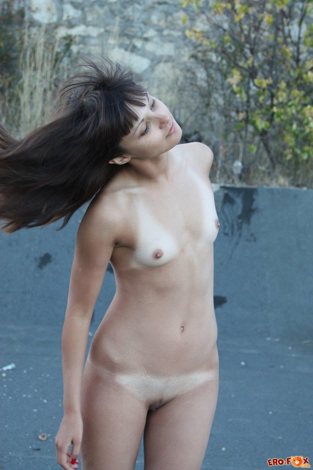 Худенькая брюнетка с маленькой грудью