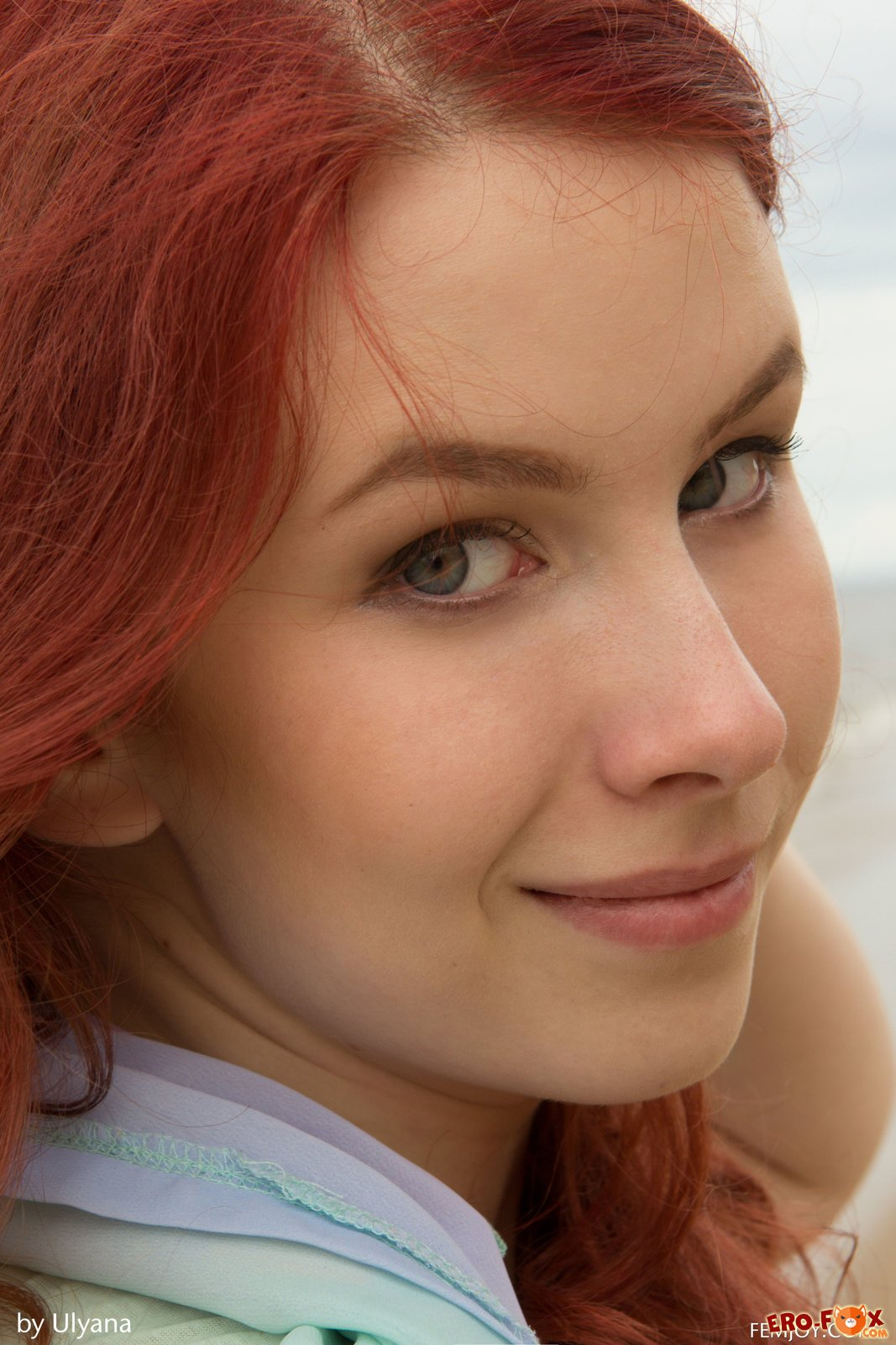 Молодая рыжая девушка разделась на пляже
