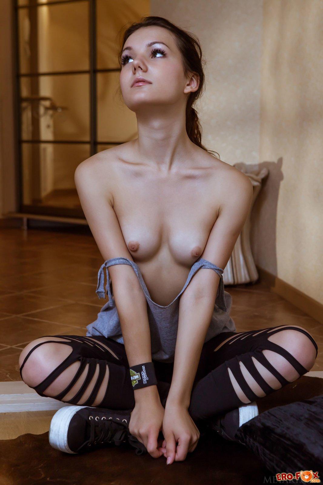Худая голая девушка с плоской грудью