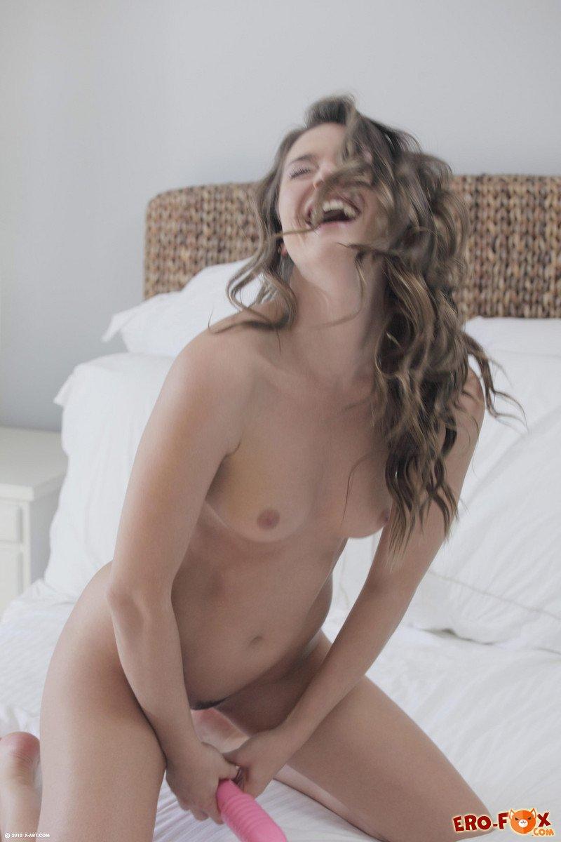 Сексуальная голая девушка на кровати